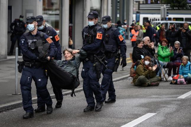 Extinction Rebellion attempt central Zurich blockade